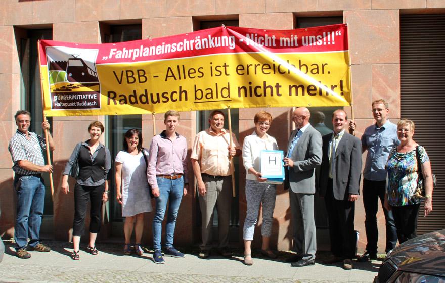 BI-Mitglieder mit Frau Ministerin Schneider (Fünfte von rechts)